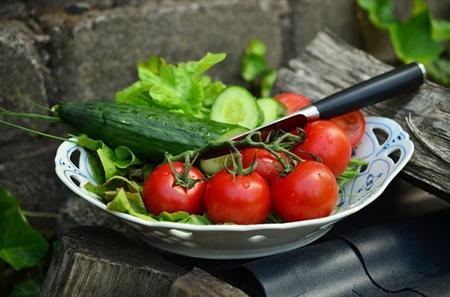 <% pageTitle %>&#8221; /><br /> せっかくの焼き肉だし、まずはどのお肉にしようかな?♪<br /> というのはちょっと待って!<br /> 焼き肉は、外食の中でも野菜がたっぷり摂れるんですよ。<br /> 肉を食べたい気持ちをぐっと堪えてまずは野菜を食べましょう。<br /> <span style=